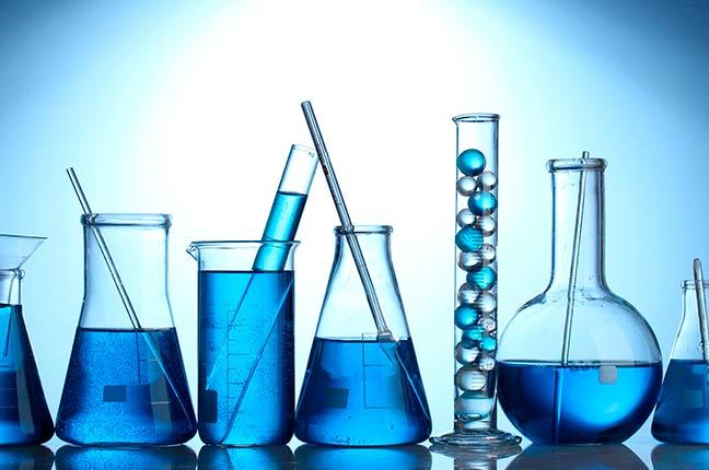 tubos de ensaio com líquido azul