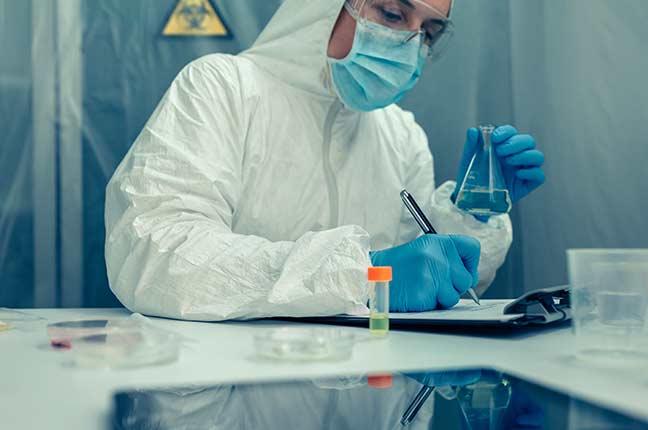 cientista com roupa de proteção bacteriológica em laboratório